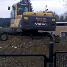 Digg'N 4 U Contracting Ltd | Excavator on mound